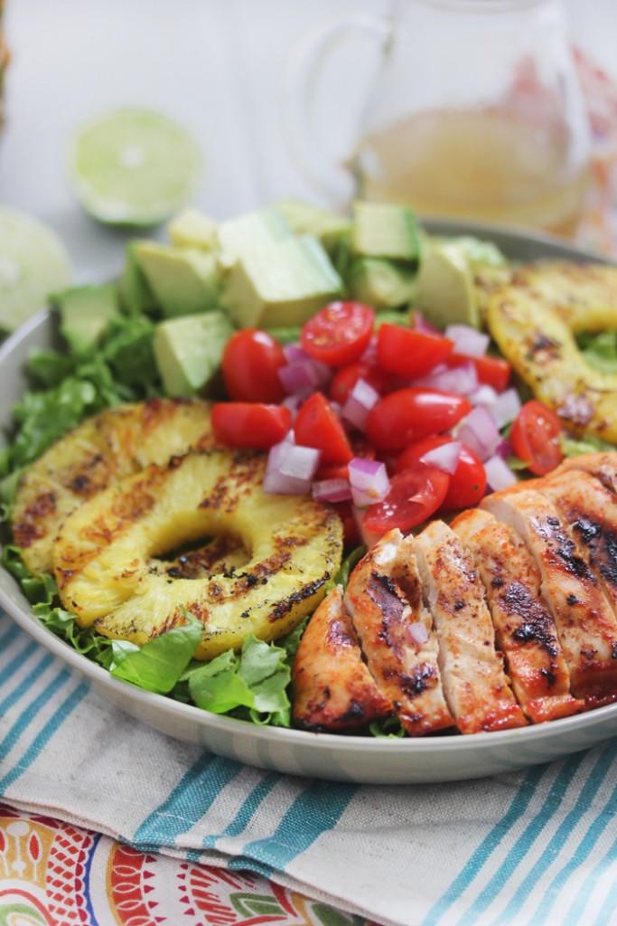 Курица с салатом и соусом шрирача