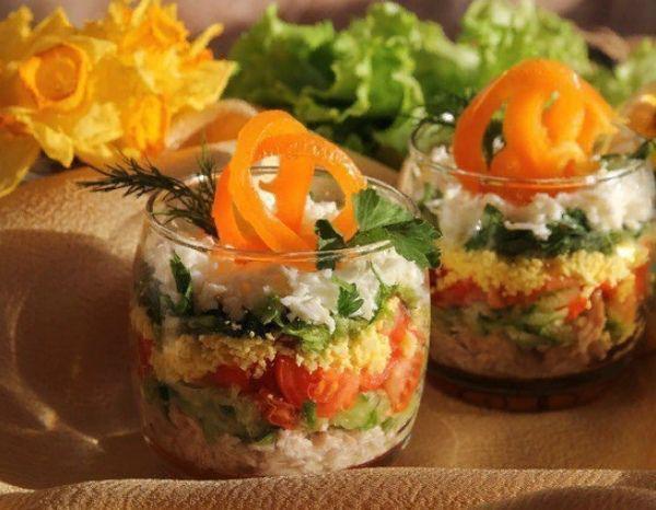 Овощной салат с яйцом и курицей