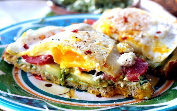 Сэндвич с яйцом и авокадо
