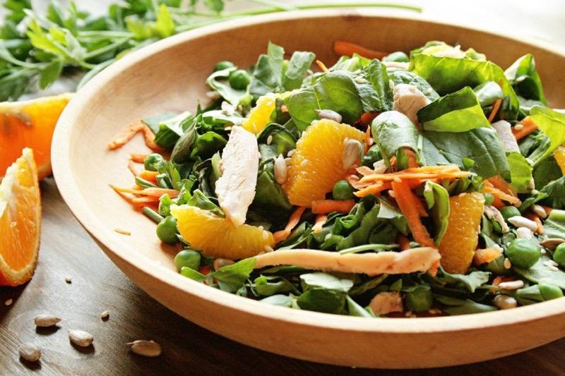 Салат со шпинатом, курицей и апельсином