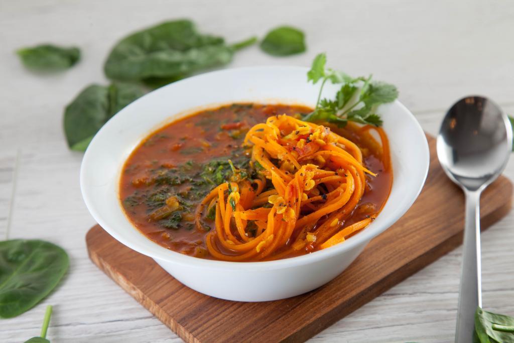 Пряный суп с морковной лапшой для вегетарианцев