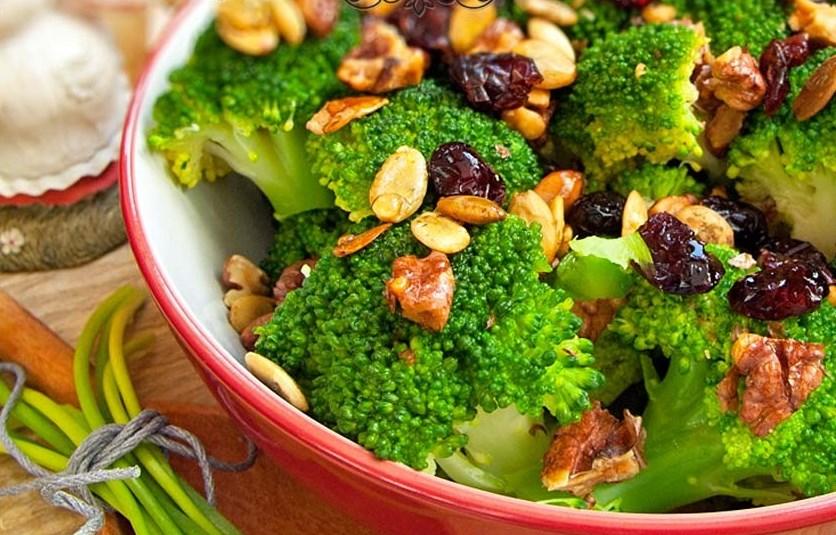 Салат с фундуком и клюквой