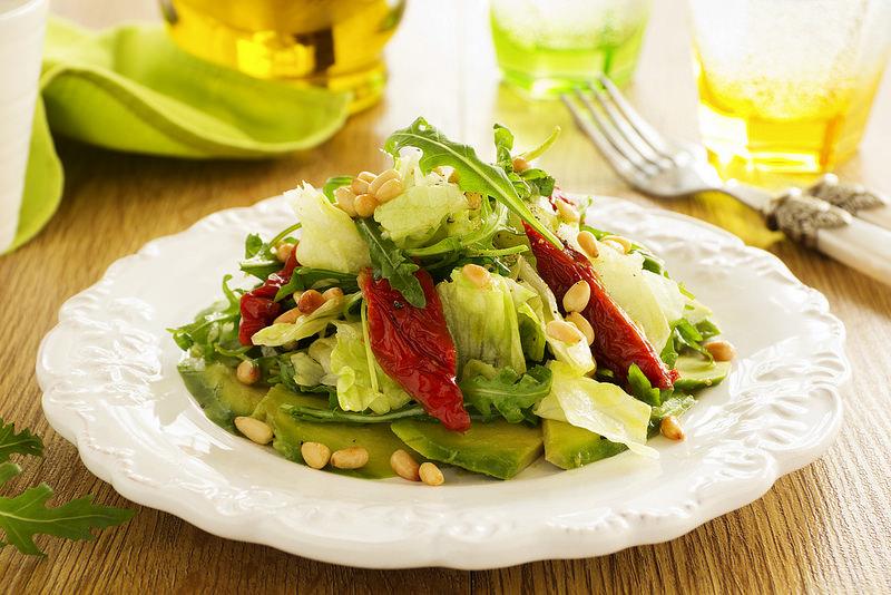Салат с вялеными томатами и кедровыми орешками