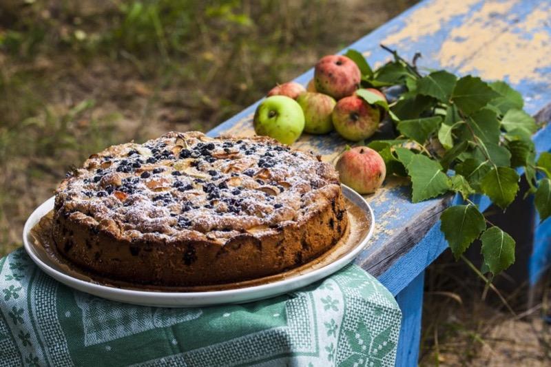 Оригинальная веганская шарлотка с яблоками и ягодами