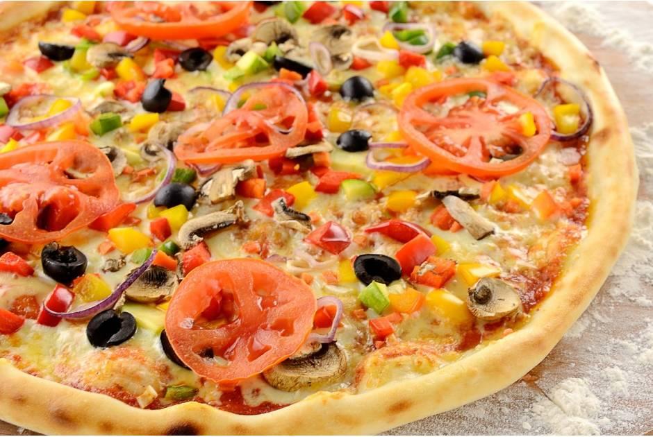 Веганская пицца с нутом и маслинами