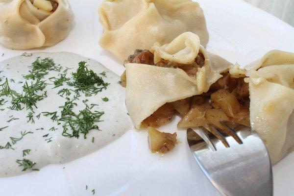Манты с белыми грибами и сырным соусом