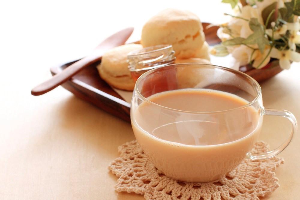Откуда пошла традиция пить чай с молоком?
