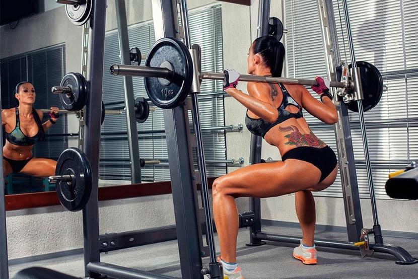 Тренировка спины в тренажерном зале для девушек