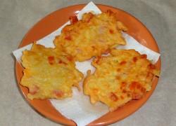 Готовые драники из картофеля на сковороде выкладываем на тарелку