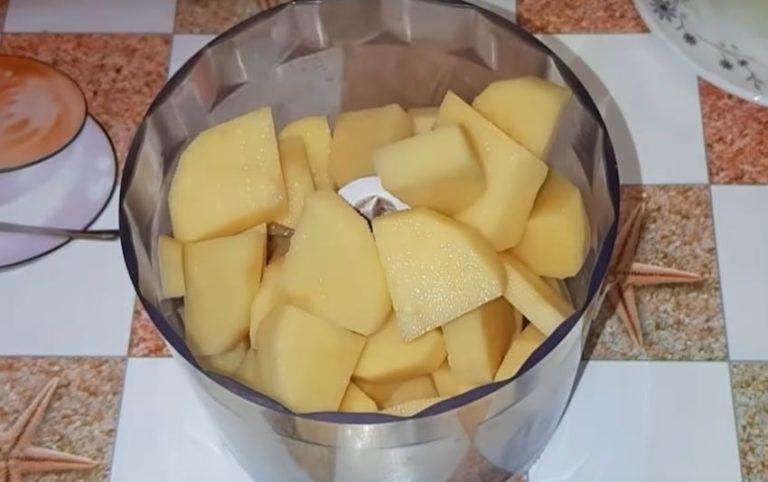 Картофель очищаем от кожуры