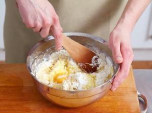 К картофельно-луковой массе отправляем куриное яйцо