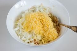 На мелкой терке натираем твердый сыр