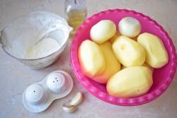 Первым делом очищаем картофель и луковицы
