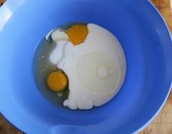 Объединяем яйца, сахар, соль