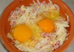 Вбиваем в массу куриные яйца, солим и перчим