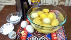 Очищаем картофель и лук