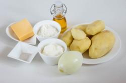 Картофель и лук очищаем от кожуры
