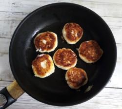 «Снимаем» со сковороды готовые сырники