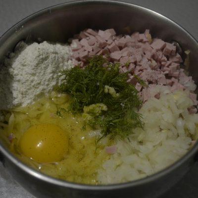 Подготавливаем лук, картошку, сосиски и яйцо