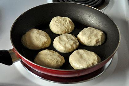 Формируем сырники на сковороде