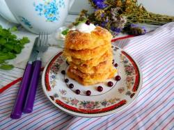 Готовые сырники в духовкевыкладываем на тарелки