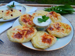Готовые сырники выкладываем на блюдо для подачи