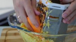 Картошку и морковку натираем на терке