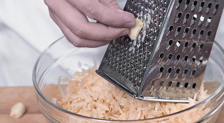 Картофельную массу, отдавшую влагу, хорошенько отжимаем руками