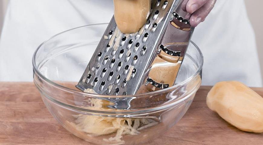 Натираем картошку