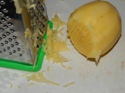 Картошку моем, очищаем и натираем