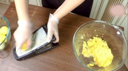 Вареную картошку натираем на мелкой терке