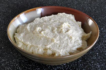 В отдельной миске смешиваем рикотту с сахарным песком