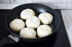 Аккуратно выкладываем творожные лепешки на сковороду