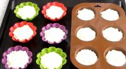 Силиконовые формы для кексов на одну треть заполняем творожной основой