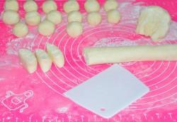 Скатываем из каждой части длинные колбаски и равномерно нарезаем их кусочками
