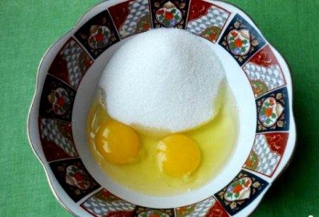 В другую посуду вбиваем яйца, добавляем сахар и соль