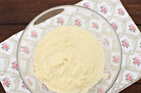 Сахарный песок объединяем с манной крупой