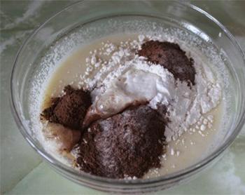 В небольшую кастрюлю вливаем молоко и через сито просеиваем немного какао-порошка