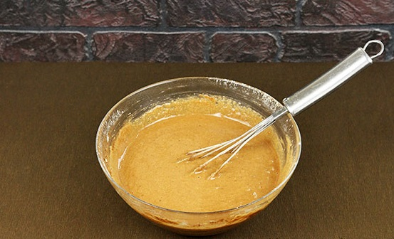 Пшеничную муку, порошок какао и разрыхлитель объединяем в отдельной тарелке