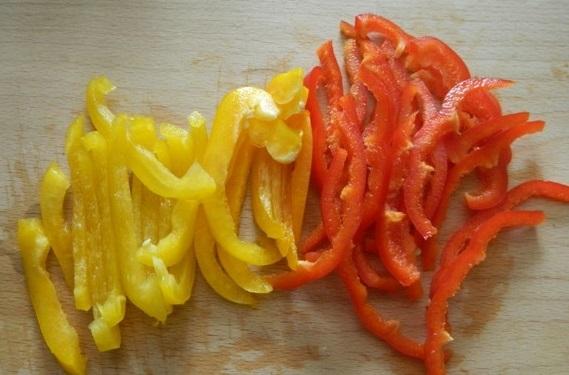 Для начинки тонкой соломкой нарезаем сладкий болгарский перец