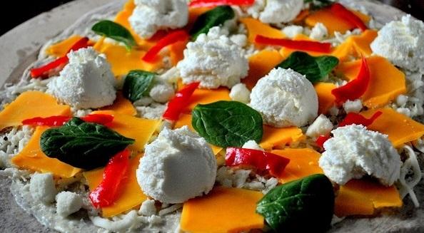 Покрываем ломтиками болгарского перца и шпинатом