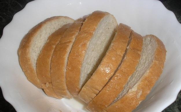 В глубокую миску наливаем прохладное молоко и выкладываем в него каждый ломтик хлеба