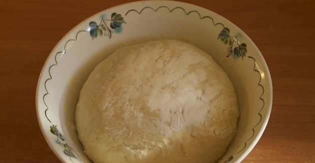 Первым дело замешиваем тесто