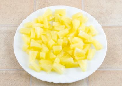 Измельчаем ананасы