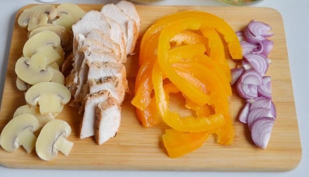 Ломтиками нарезаем куриное филе, сладкий болгарский перец, ялтинский лук, маринованные вешенки