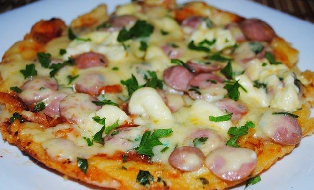 Готовую пиццу аккуратно вытаскиваем из мультиварки