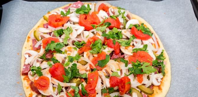 Выкладываем мясную начинку, а затем по очереди – огурцы, грибы, лук, томаты в собственном соку и зелень петрушки