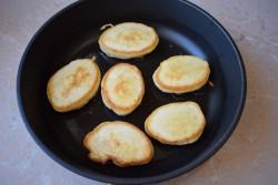 Формируем оладьи на сковороде