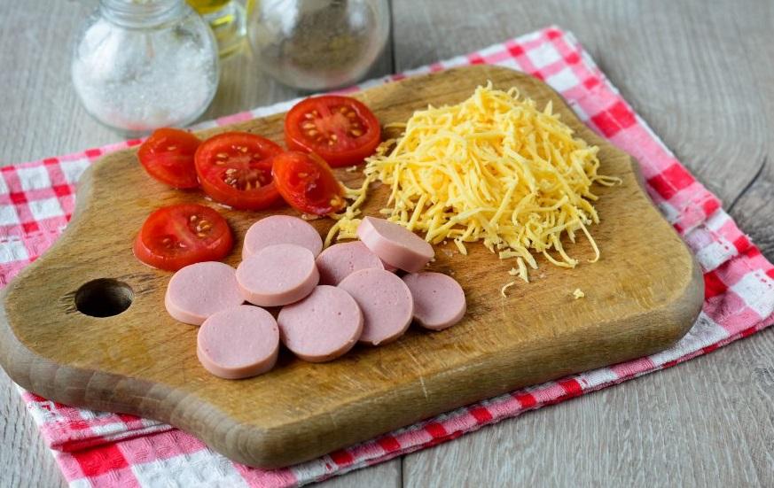 Колбасные изделия и помидоры измельчаем