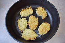 Ложкой выкладываем немного картофельной массы, формируя оладушки